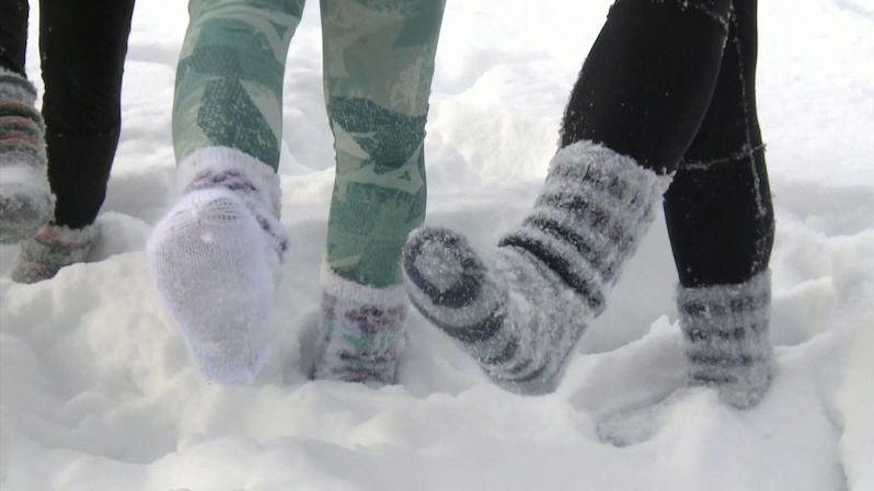 Běh ve sněhu v ponožkách? Ve Finsku se šíří nový fitness trend
