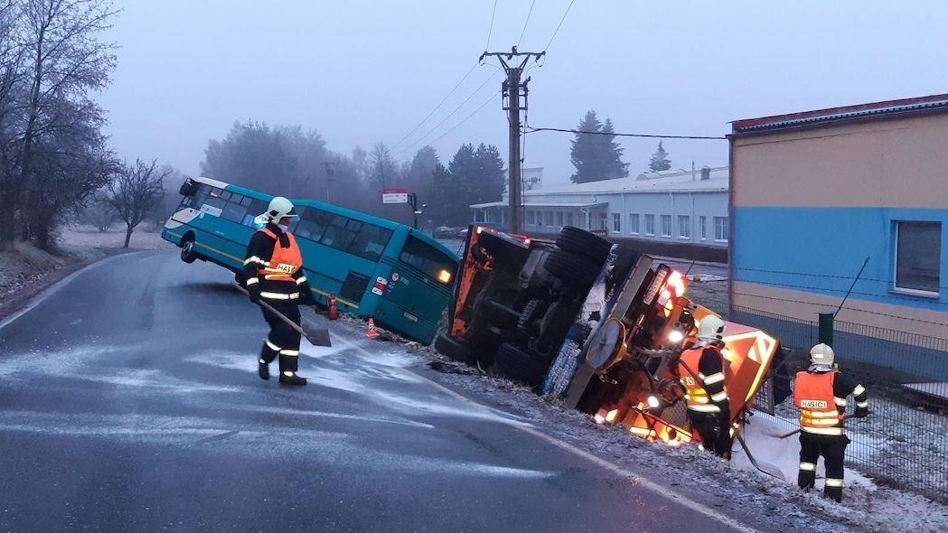 Autobus trčel po srážce v Příbrami ze škarpy, sypač skončil na boku