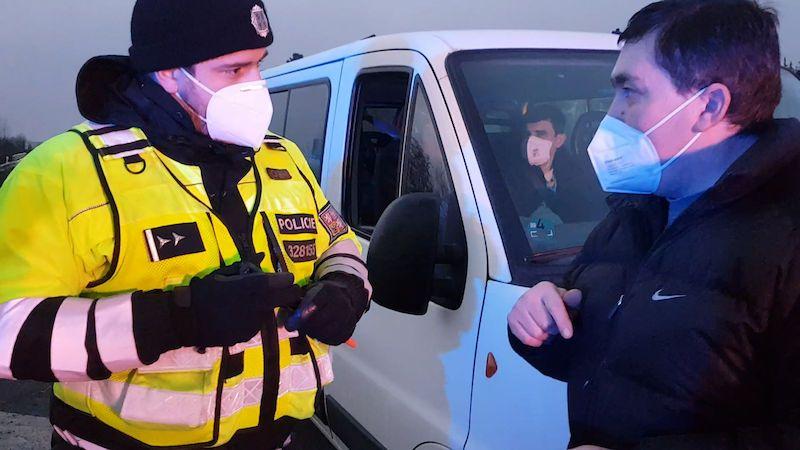 Policisté rozdali v regionech první pokuty. Zkontrolovali tisíce lidí