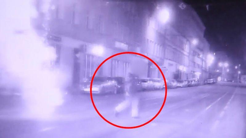 """Muž odpálil v noci v centru Brna ohňostroj. Strážníci ho po """"čau"""" zmizet nenechali"""