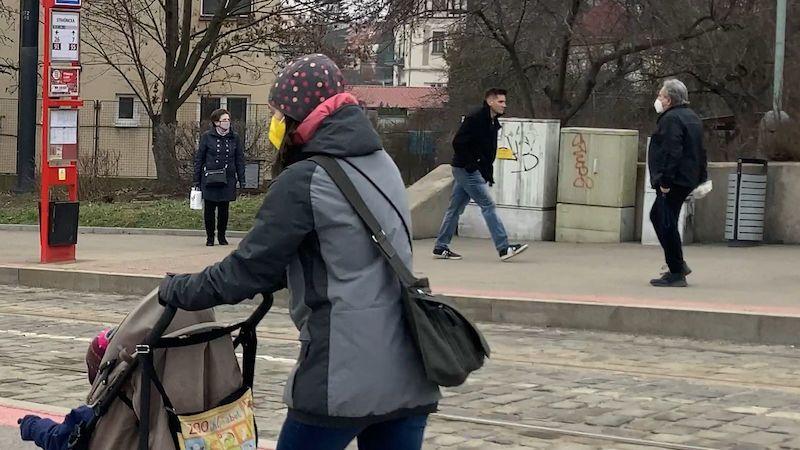 Roušky v ulicích jsou povinné, část lidí je ale nenosí