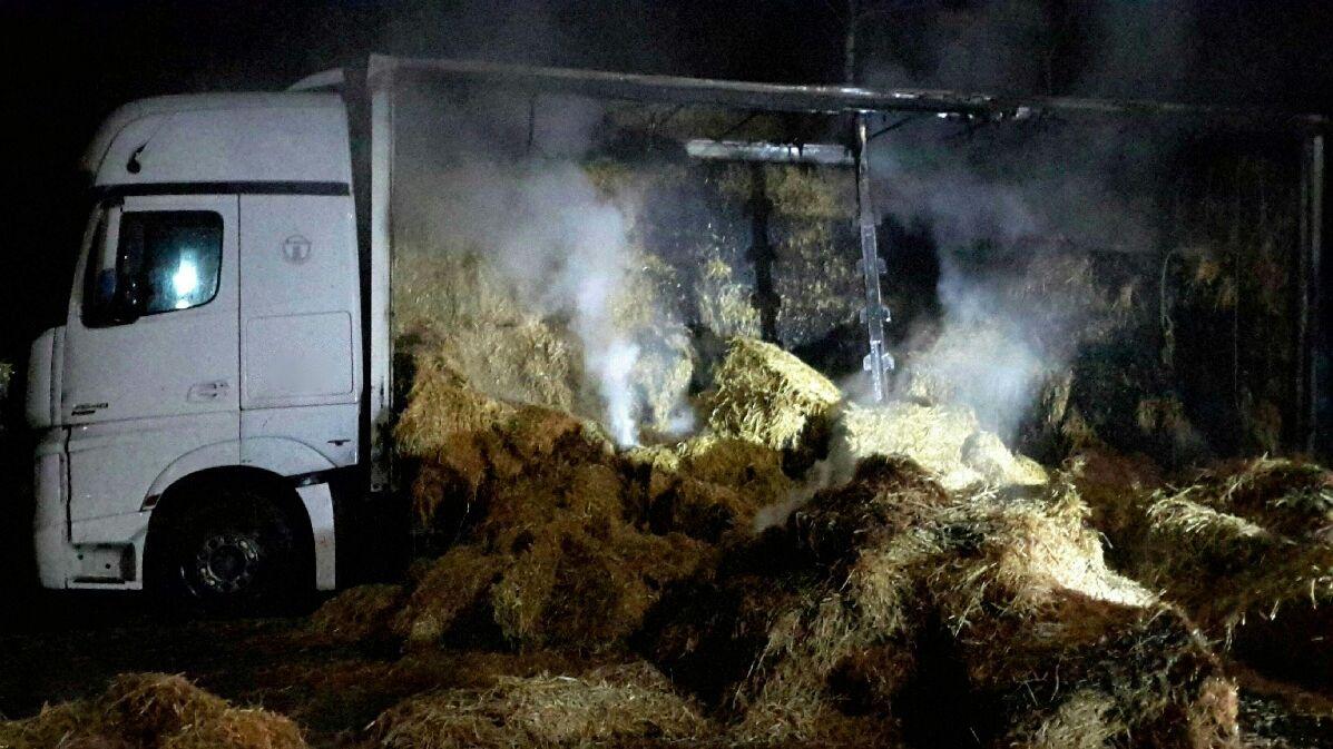Na Znojemsku hořel kamion se slámou, škoda je milion