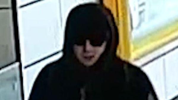 Podezřelý muž po napadení seniora z metra odešel.