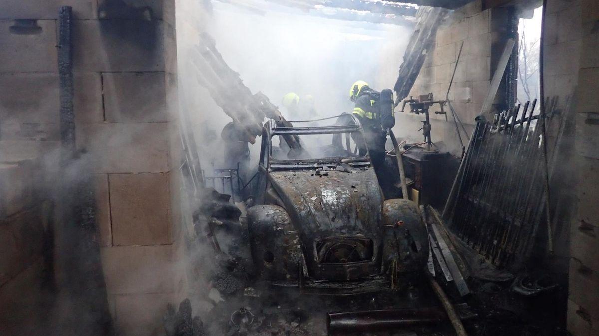Vedle kotle leželo dřevo, následný požár zničil v garáži na Kroměřížsku veterána