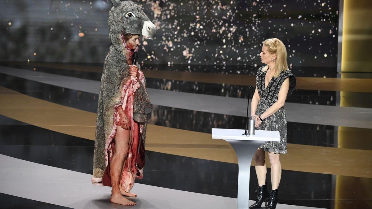 Herečka se na předávání Césarů svlékla ze zakrvavené oslí kůže donaha