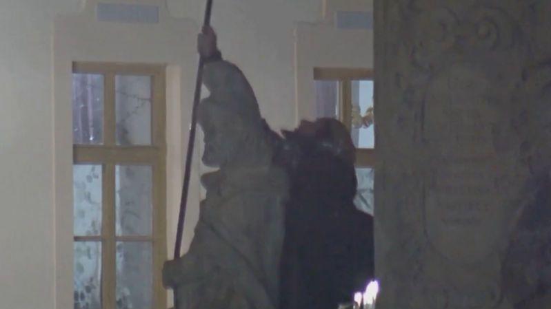 Muž ve Svitavách vylezl na mariánský sloup a křičel. Zachytila ho kamera