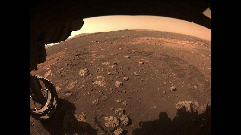 Vrzání a bouchání. NASA zveřejnila zvuk, který vydává Perseverance při jízdě po Marsu
