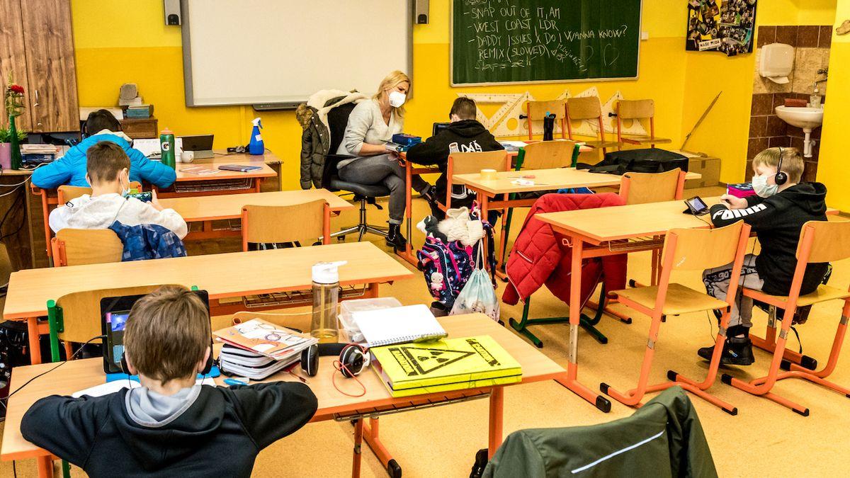 Studie: Zavřené školy nás budou stát desítky miliard týdně