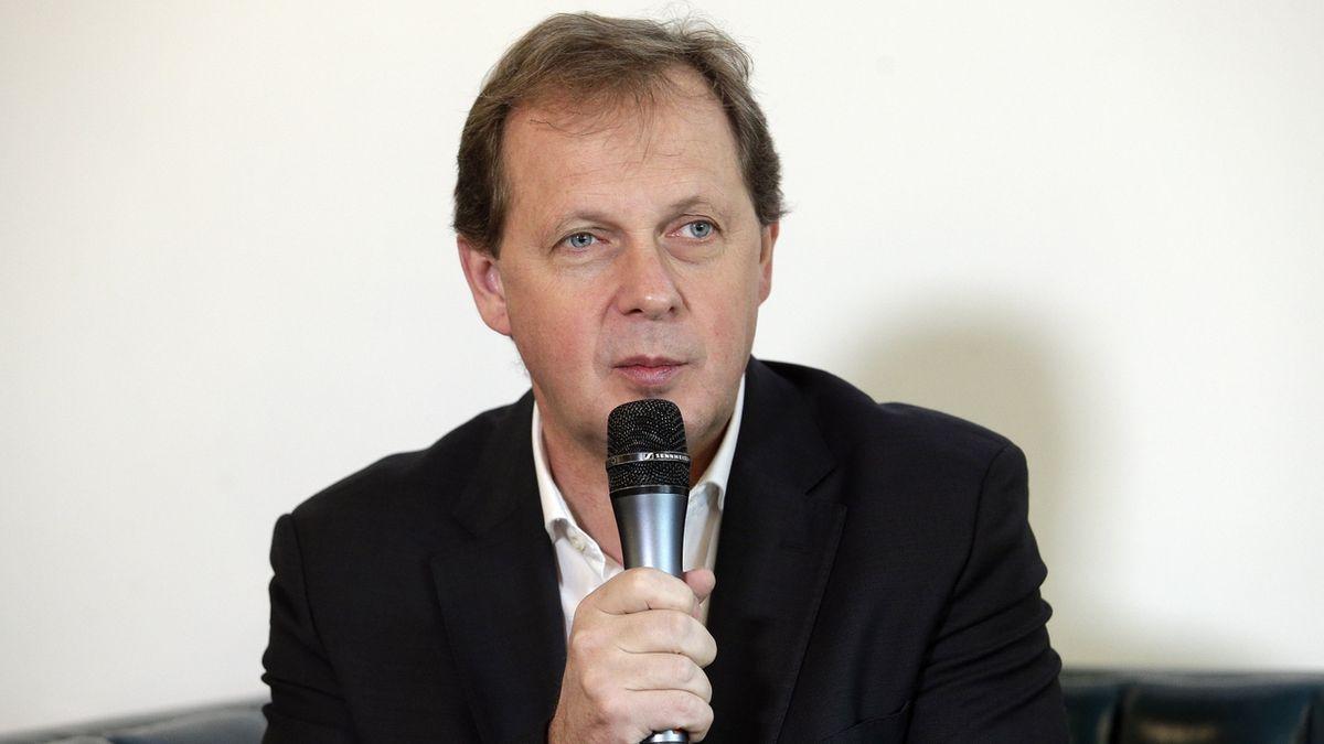 Pod ředitelem České televize Dvořákem se houpe křeslo