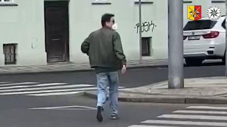 Neznámý zvrhlík obtěžuje ženy na zastávkách v Praze, policie hledá svědka