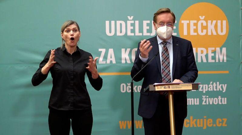 Shlukujme se, ale bezpečně, vyzývá rozvolňující se Česko ministr Arenberger
