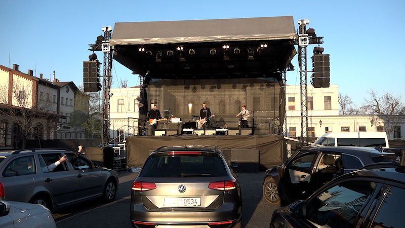 Na pražském festivalu se koncertuje živě. Publikum paří v autech