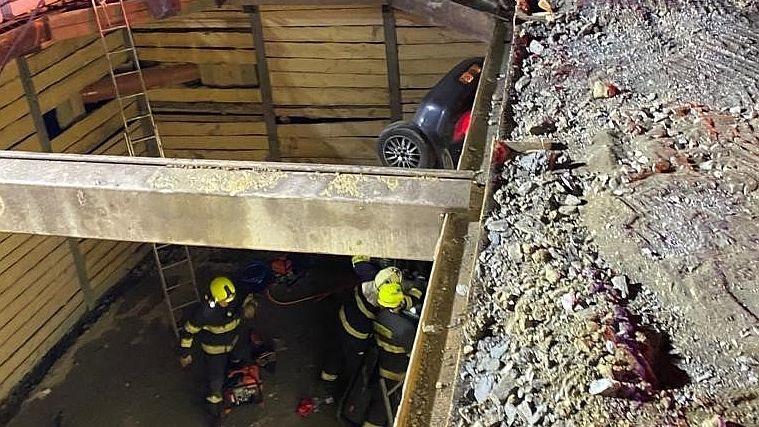 Řidič v Plzni vjel do výkopu, s kusem zábradlí v těle ho odvezli do nemocnice