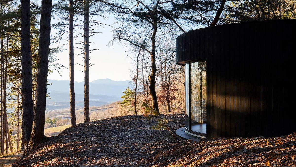 Kruhová ložnice uprostřed přírody nabízí výjimečný zážitek