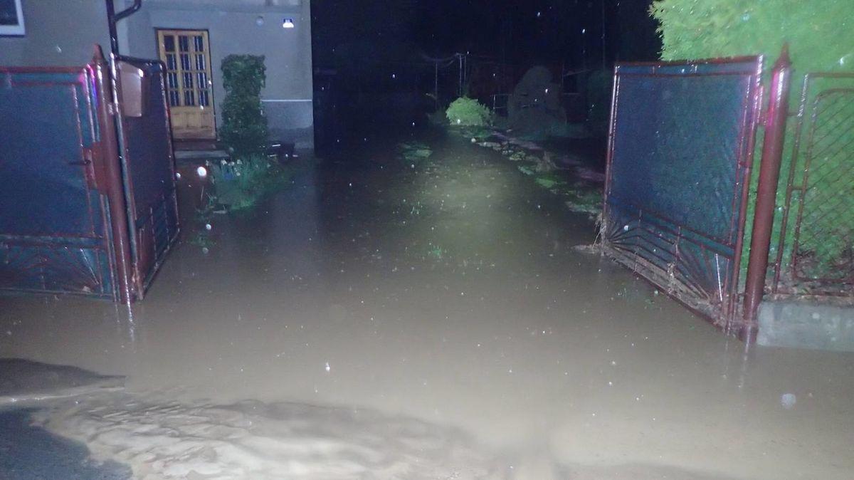 Deště udeřily. Hasiči čerpají vodu ze sklepů, v Šilheřovicích přetekly rybníky