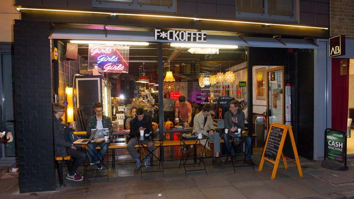 Londýnská kavárna pod palbou kritiky, střílela si z Číny a tlouštíků