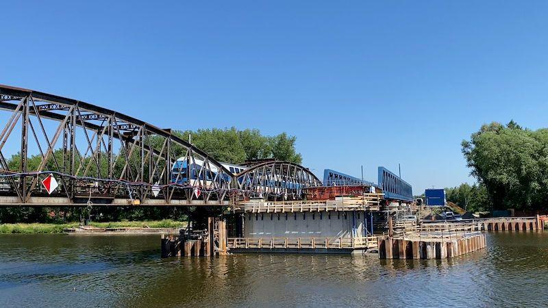 Stavbaři nasouvají nový železniční most přes Labe