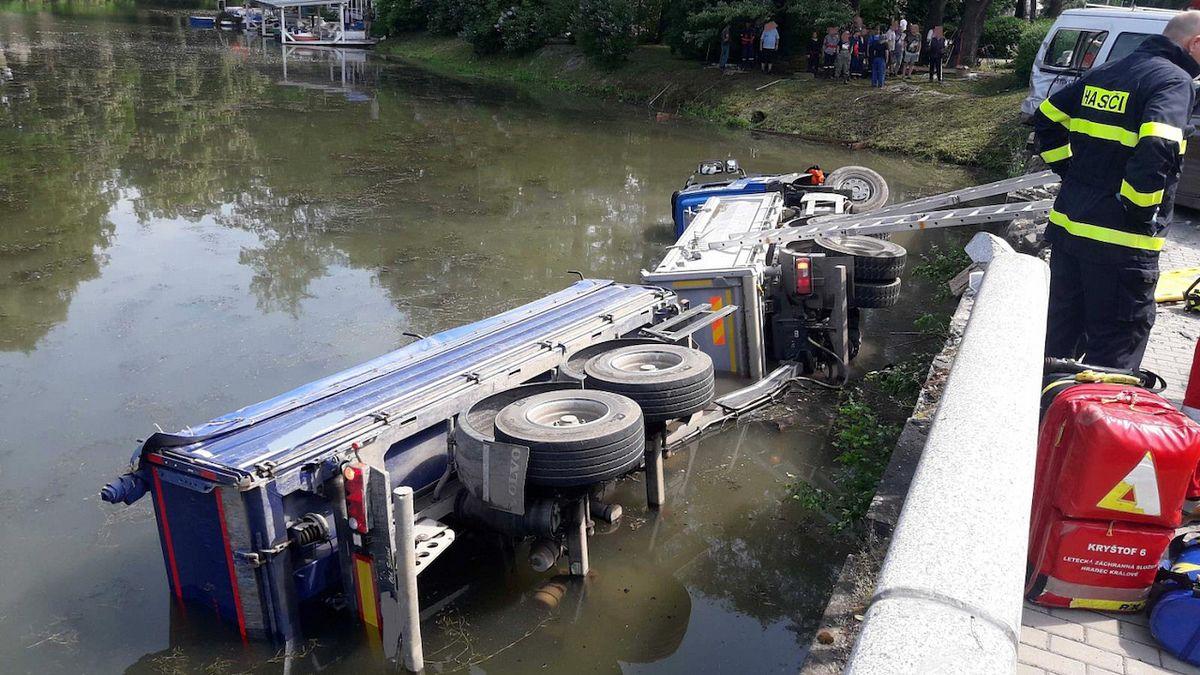 Řidič v Poličce spadl s náklaďákem do rybníka. Zůstal zaklíněný, oživování bylo marné