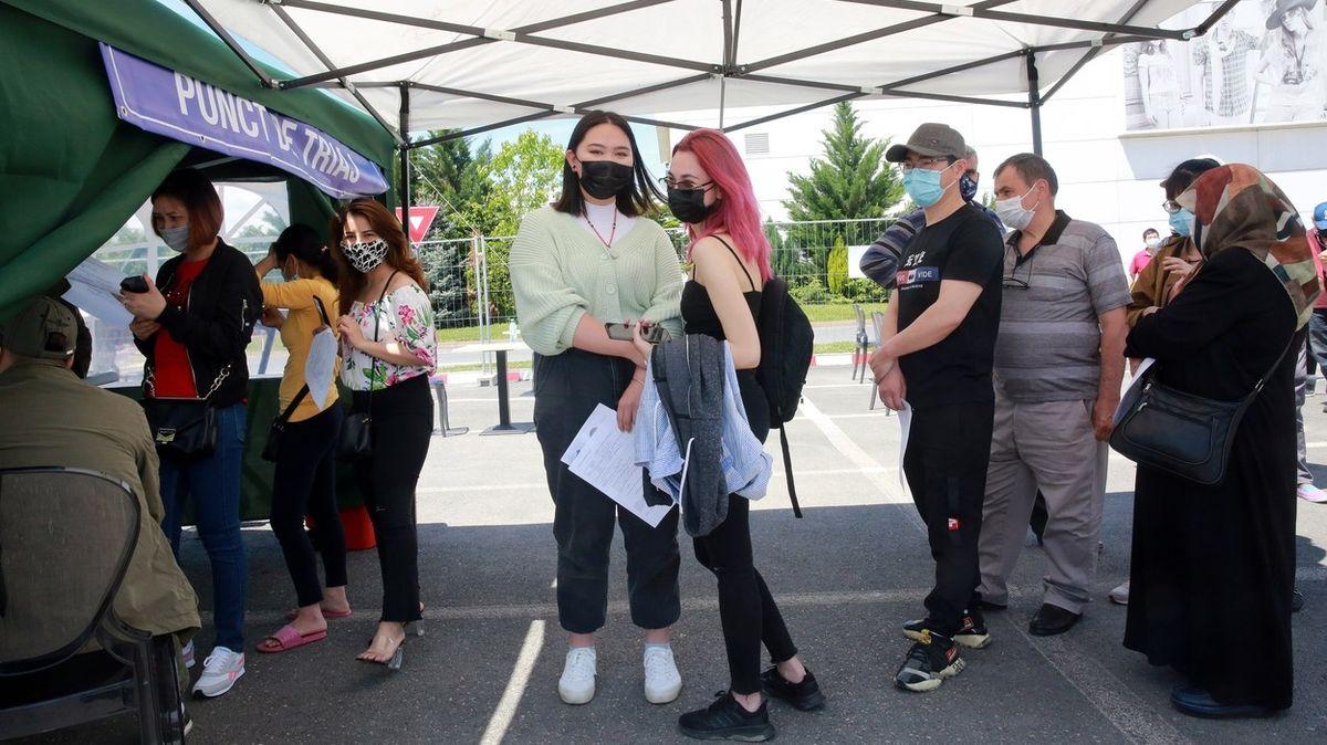 Maďaři naočkovaní čínskou vakcínou si jezdí do Rumunska pro Pfizer