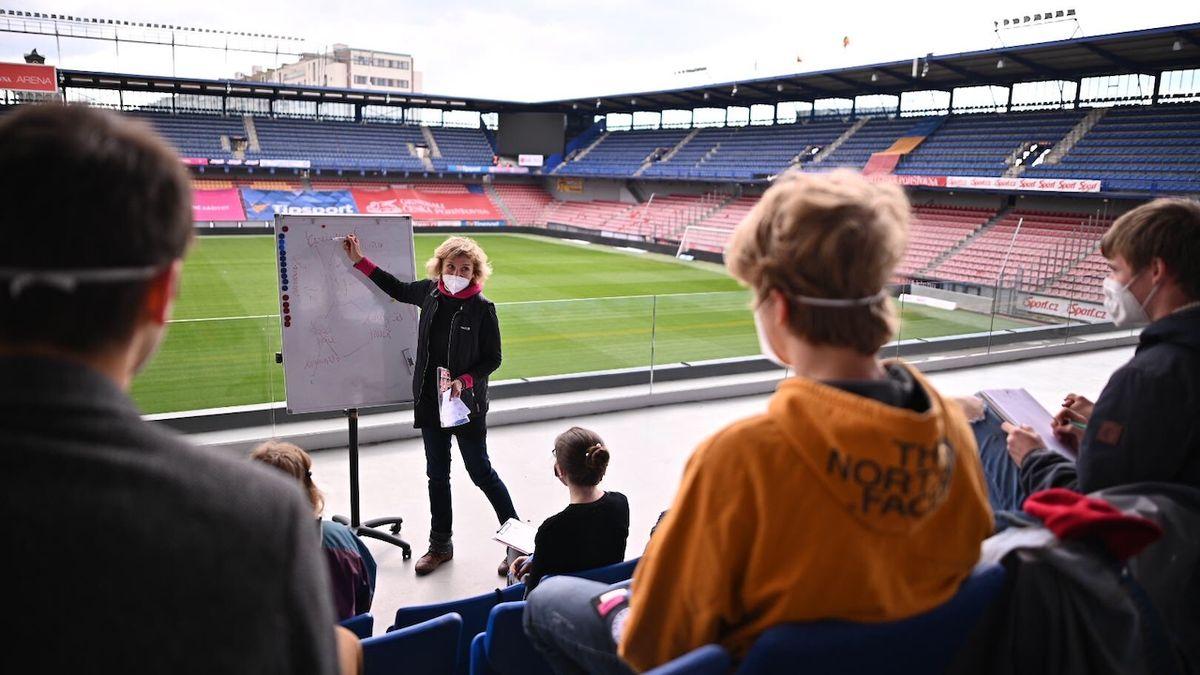 Děti nemohou do školy, tak vyrazily na stadion Sparty. Tam paradoxně mohou