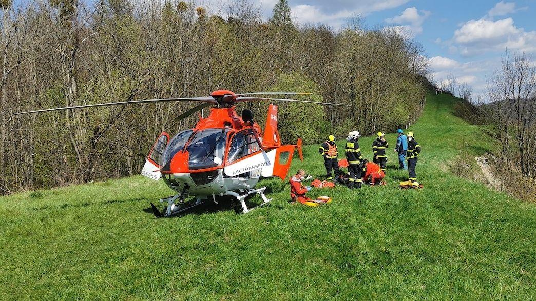 Za zraněnou seniorkou ve Štramberku snesl doktora vrtulník