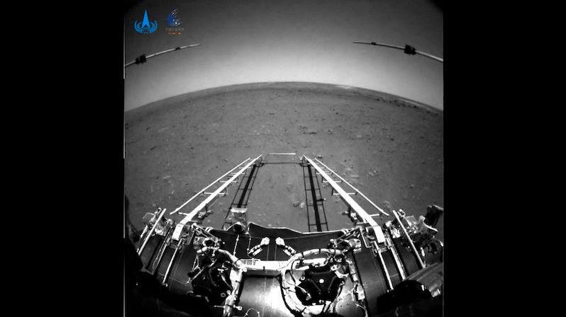 Číňané zveřejnili první záběry, které pořídil jejich rover na povrchu Marsu