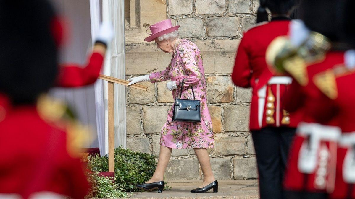 Královna mění komunikační strategii, přiměli ji k tomu Harry s Meghan