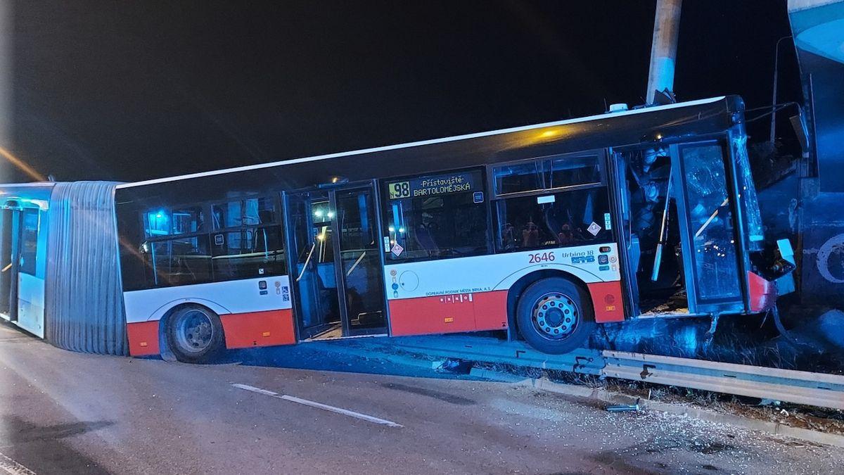 V Brně narazil autobus do lampy, 11 zraněných