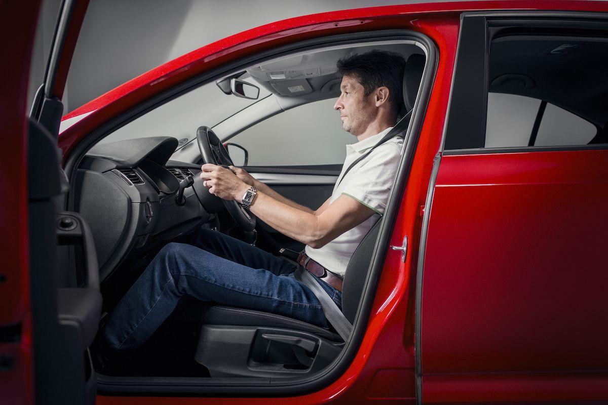 Ideální posez za volantem zahrnuje několik parametrů.