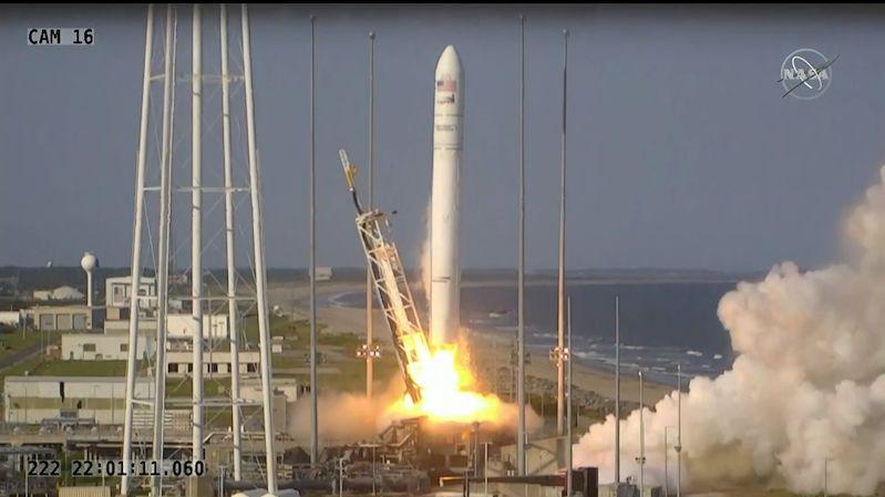 Posádka ISS se dočkala nových přístrojů i pizzy