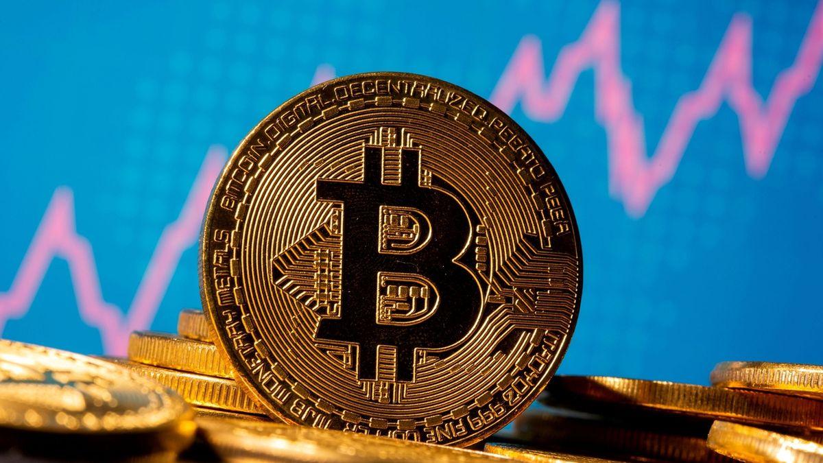 Ve Španělsku dopadli mladíka, který jménem Bidena či Gatese kupoval bitcoiny