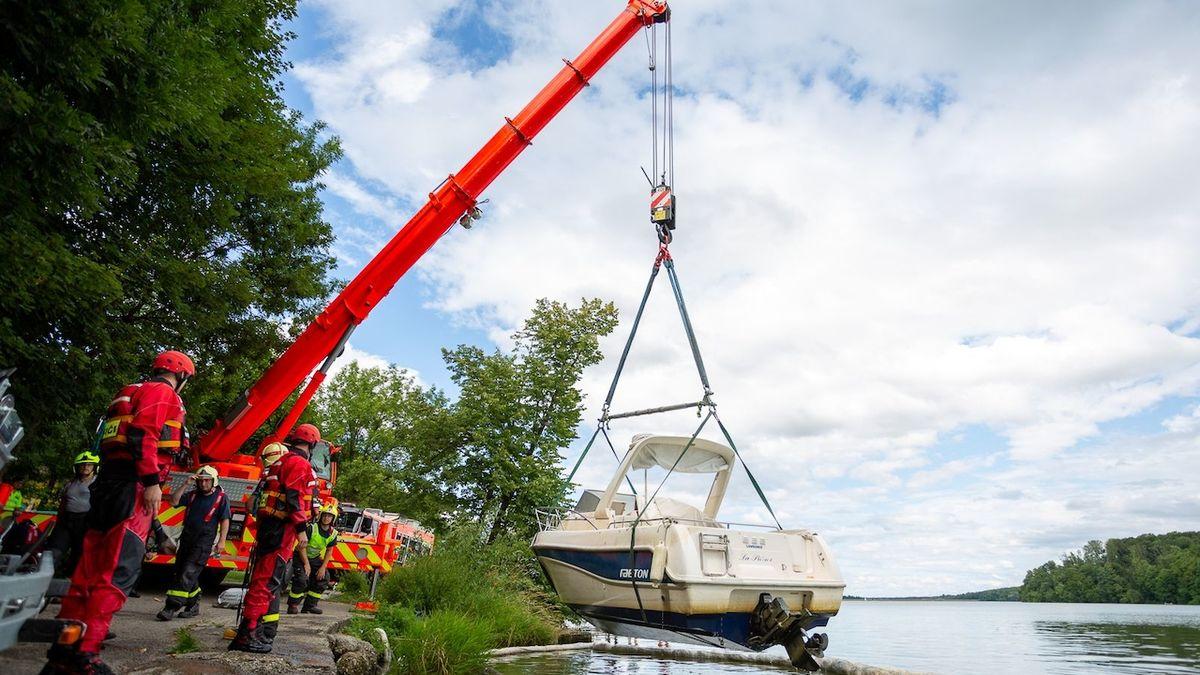 Hasiči pomocí jeřábu vytáhli z Těrlické přehrady loď