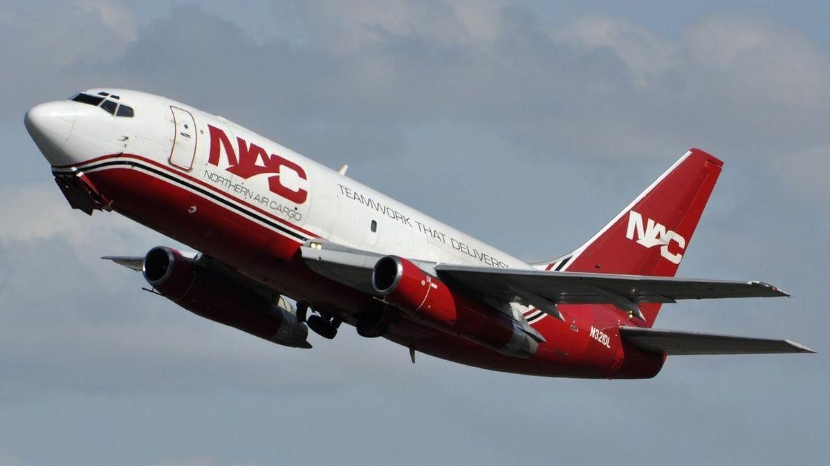 Boeing 737 přistál u Havaje po potížích s motorem nouzově do vody