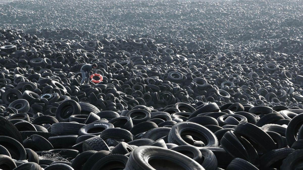Požár největší skládky pneumatik na světě v Kuvajtu je vidět i z vesmíru