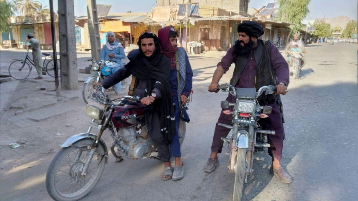 Bojovníci Tálibánu hlídkují ve Faráhu.