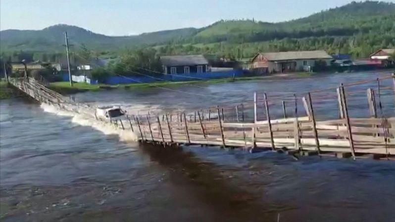 Vjet při povodních na visutý most s náklaďákem nebyl dobrý nápad