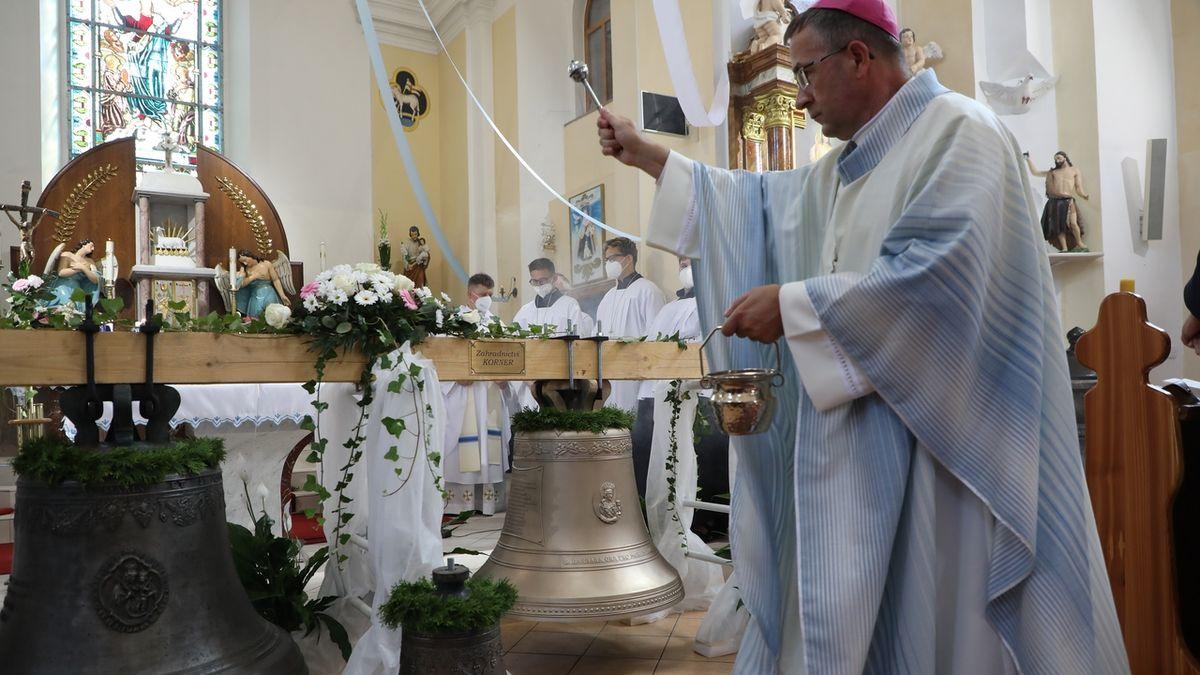 Po 79 letech se do kostela na Opavsku vrací zvon. Měla z něj vzniknout ničivá zbraň
