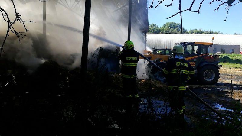 Požár seníku ohrozil obyvatele bytovek v Koryčanech i obilné silo Agrofertu