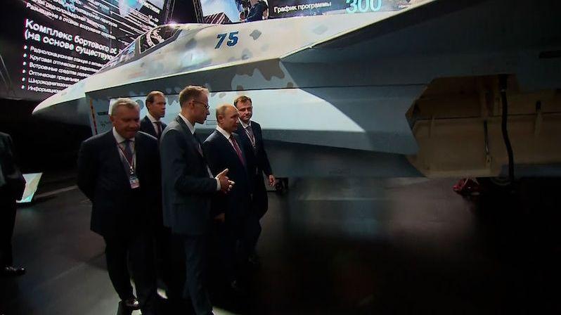 Putin si prohlédl nové zbraně včetně stíhačky Šachmat