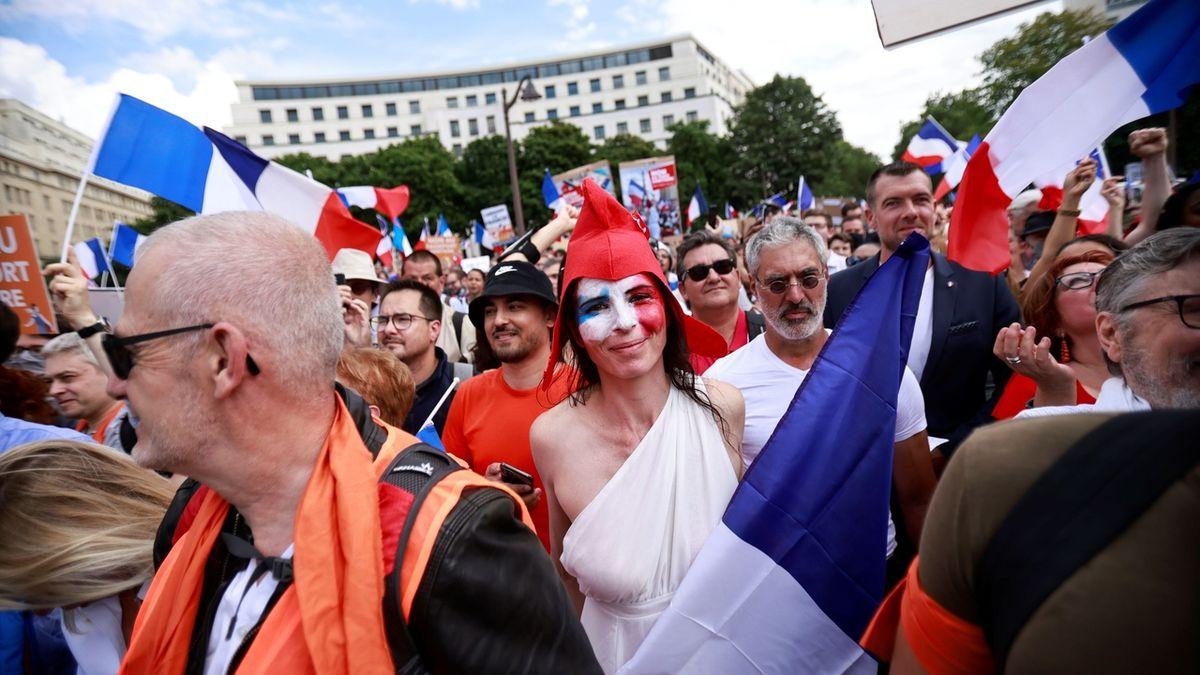 Ve Francii demonstrovalo 200 000 lidí proti zavádění covidpasů