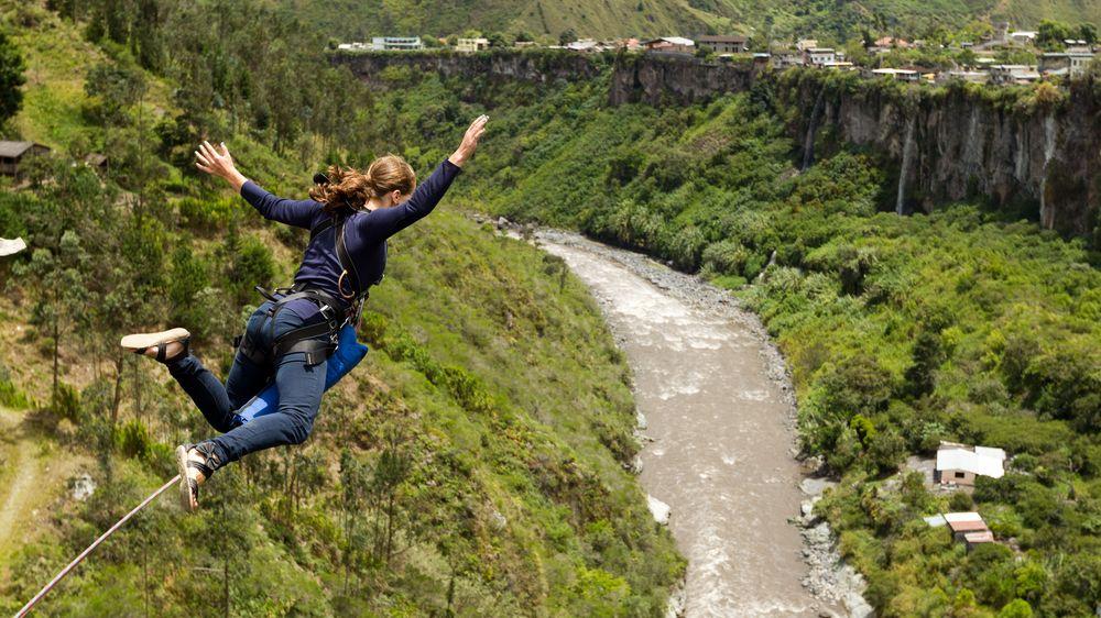 Při bungee jumpingu zaslechla signál a skočila. Zapomněla, že není připoutaná