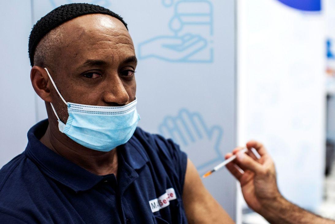 Izrael očkuje třetí dávkou vakcíny proti koronaviru