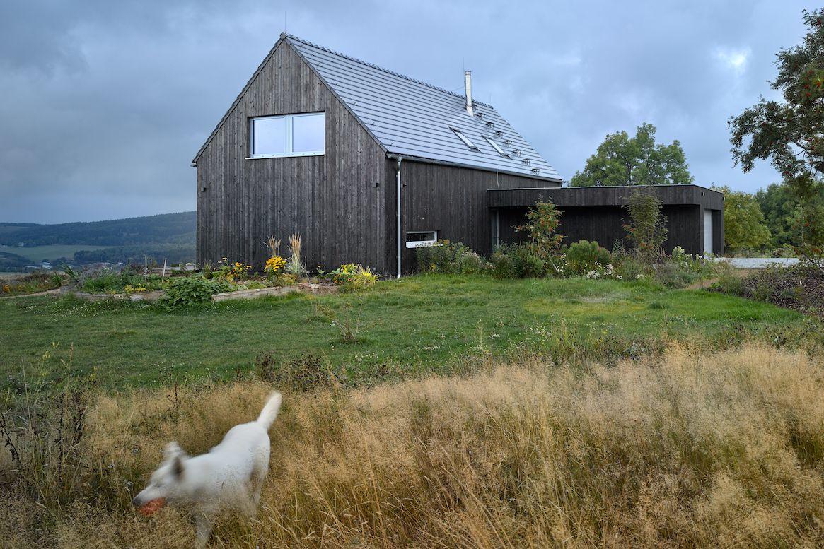 Tradičně vyhlížející dům tvoří dvoupodlažní hmota se sedlovou střechou.