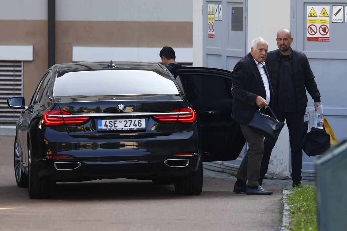 Exprezident Václav Klaus při příjezdu do Ústřední vojenské nemocnice ve Střešovicích.