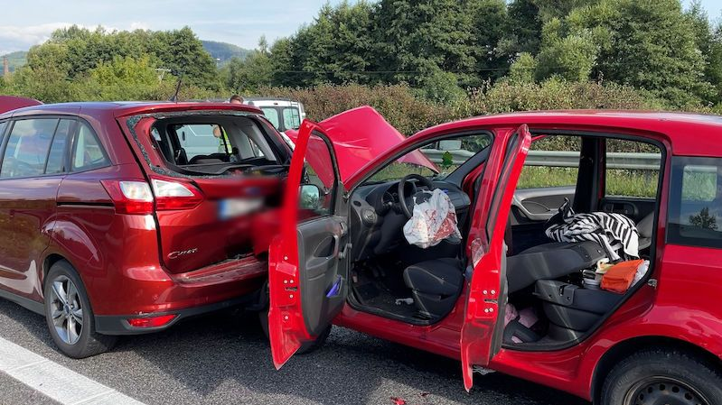 Dva zranění při hromadné nehodě na Berounsku, jednoho vyprošťovali
