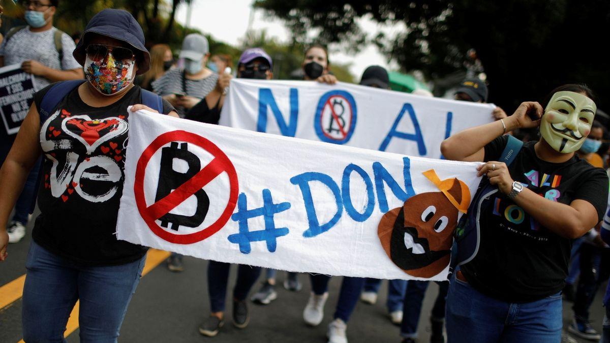 """""""Bitcoinem platit nechceme."""" Tisíce lidí vyrazily v Salvadoru do ulic"""