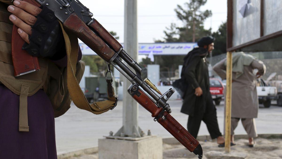 Afghánské televizní zprávy v jiném hávu. Se samopalníky v pozadí