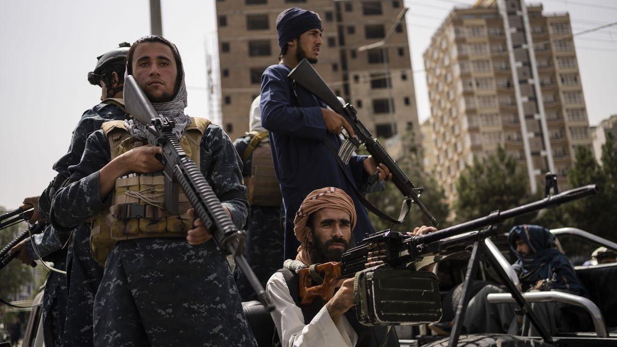 Stínání hlav, mučení, popravy. Tálibán se mstí úředníkům a vojákům