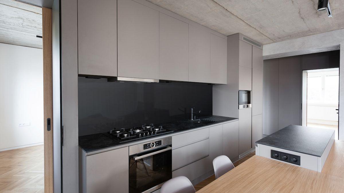 Výrazným prvkem bytu pro mladou rodinu se staly betonové panely