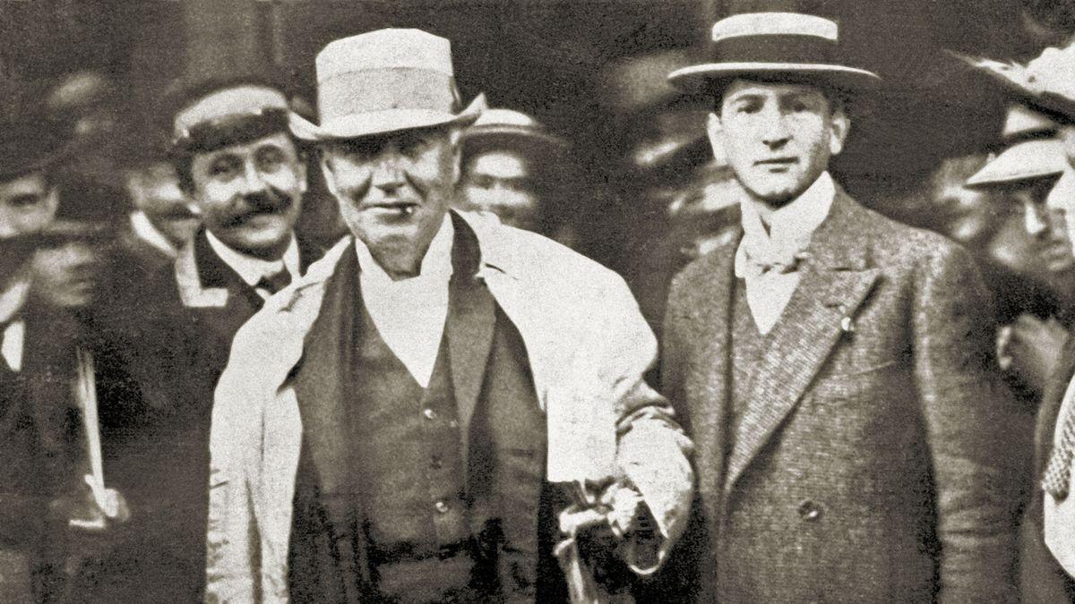Edison (vlevo) po příjezdu do Prahy v září 1911